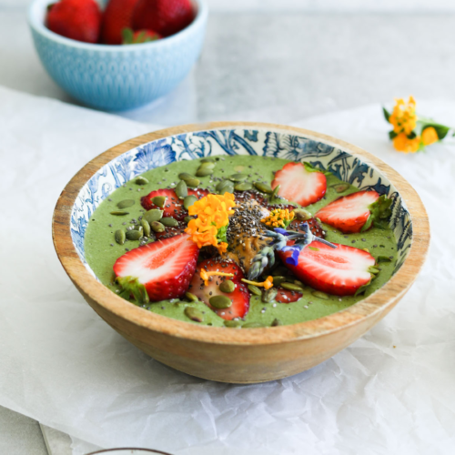 Powerfood & Protein Smoothie Bowl with Kale, Ginger, Chia Seeds & Wheatgrass